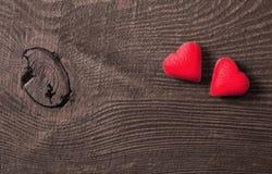 Deux coeurs rouges sur le fond en bois Photos stock