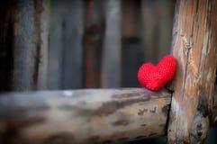 Deux coeurs rouges sur le fond en bois Images stock