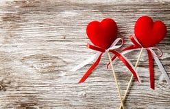 Deux coeurs rouges sur le fond en bois Carte de jour de Valentines Image stock