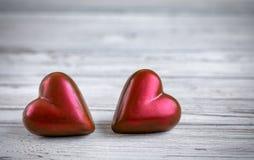 Deux coeurs rouges sur le fond en bois de vintage blanc Photo libre de droits