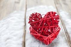 Deux coeurs rouges sur le fond en bois, jour du ` s de Valentine, les vacances de l'amour Photo stock