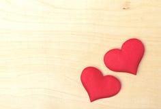 Deux coeurs rouges sur un conseil en bois Image stock