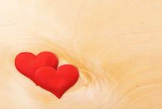 Deux coeurs rouges sur un conseil en bois Photos libres de droits