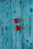 Deux coeurs rouges sur un fond bleu avec la texture en bois Photographie stock