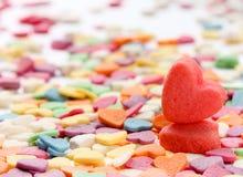 Deux coeurs rouges sur un fond coloré Photo libre de droits