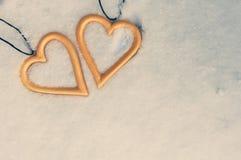 Deux coeurs se trouvant sur une neige Idée de l'amour, des vacances d'hiver ou de la célébration de Saint-Valentin Foto modifié l photos libres de droits