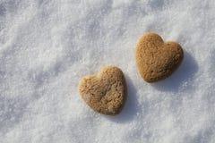 Deux coeurs sur la neige Photos stock