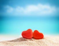 Deux coeurs sur la plage d'été Images stock
