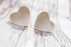 Deux coeurs sur le fond en bois Images stock