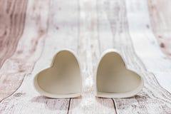 Deux coeurs sur le fond en bois Images libres de droits