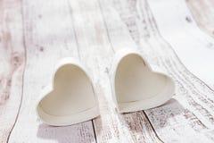 Deux coeurs sur le fond en bois Photos stock