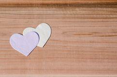 Deux coeurs sur le fond en bois Valentine Day, épousant le concept d'amour Photos libres de droits