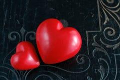 Deux coeurs sur le fond noir de vintage Photographie stock libre de droits