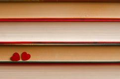 Deux coeurs sur une pile de livres se ferment  photographie stock libre de droits