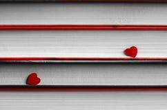 Deux coeurs sur une pile de livres se ferment  image stock