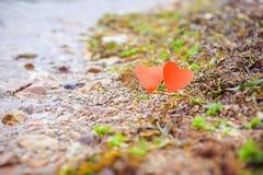 Deux coeurs sur une plage rocheuse images libres de droits