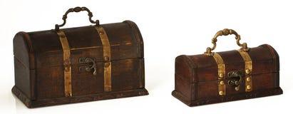 Deux coffres en bois foncés sur un fond blanc Photo libre de droits