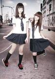 Deux écolières à l'extérieur. Image libre de droits