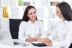 Deux collègues à la comptabilité photo stock
