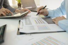 Deux collègues d'homme d'affaires discutant le plan Photographie stock