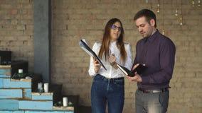 Deux collègues discutant une idée d'affaires dans le bureau banque de vidéos