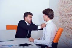 Deux collègues fâchés d'affaires pendant un argument photographie stock libre de droits