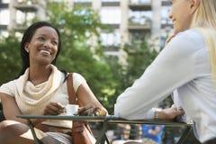 Deux collègues féminins au café de rue Photographie stock libre de droits
