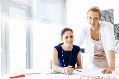 Deux collègues féminins dans le bureau images stock