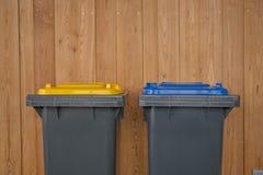 Deux colorés réutilisent des poubelles Image stock