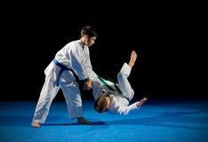 Deux combattants d'arts martiaux de garçons photographie stock