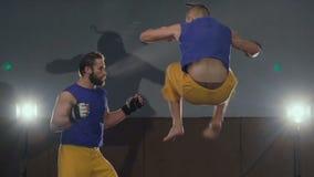 Deux combattants gratuits enfermant dans une boîte dans le gymnase lentement clips vidéos
