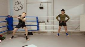 Deux combattants ont la formation intensive dans le club de combat sur les premiers rangs clips vidéos
