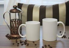 Deux comparasion blancs d'onces de tasses, 11 et 15, maquette Photos libres de droits