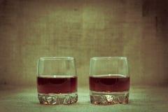 Deux complètement de piles de whiskey Photographie stock