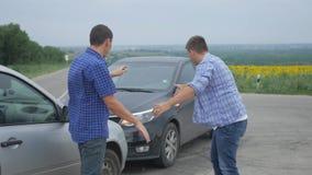 Deux conducteurs argumentent au sujet du blâme pour l'accident par le côté d'endommagé Deux conducteurs masculins discutent au su banque de vidéos