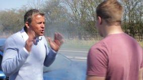 Deux conducteurs discutant après accident de la circulation banque de vidéos