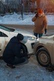 Deux conducteurs masculins bouleversés regardant des voitures après accident Images libres de droits