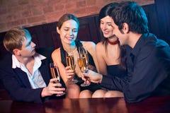 Deux couples au restaurant images libres de droits
