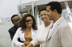 Deux couples détendant sur le yacht Photos stock