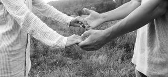 Deux couples de mains d'amour Photo libre de droits