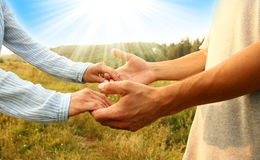 Deux couples de mains d'amour Photographie stock