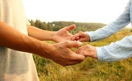 Deux couples de mains d'amour Images libres de droits