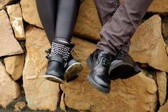 Deux couples des jambes avec des chaussures dans l'amour Image libre de droits