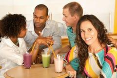 Deux couples dinant à l'extérieur Image stock