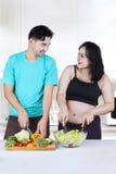 Deux couples faisant la salade Photo libre de droits