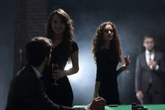 Deux couples fascinants, ont l'amusement dans le casino Photographie stock