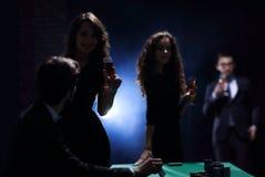 Deux couples fascinants, ont l'amusement dans le casino Photos libres de droits