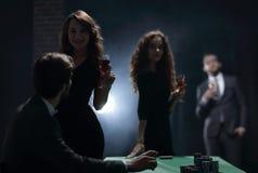 Deux couples fascinants, ont l'amusement dans le casino Photos stock