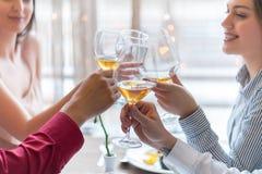 Deux couples grillant à la célébration dans le restaurant image stock