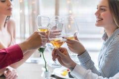 Deux couples grillant à la célébration dans le restaurant Photographie stock